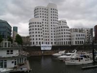 Blockupy-Banner vor den Gehry-Bauten Düsseldorf